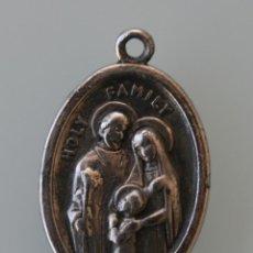Antigüedades: MEDALLA EN METAL PLATEADO ANVERSO HOLY FAMILY REVERSO RUEGA POR NOSOTROS ITALY – ITALIA . Lote 118163303