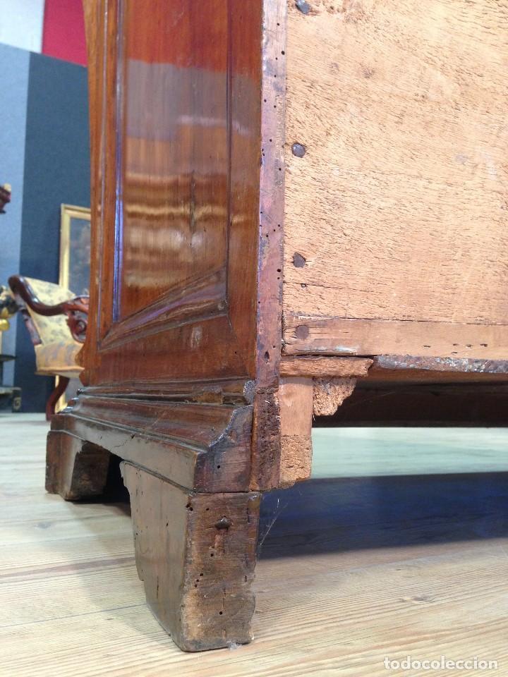 Antigüedades: Antigua cómoda romana en nuez del siglo XVIII - Foto 9 - 118177323