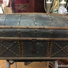 Antigüedades: MUY ANTIGUO BAUL FORRADO EN CUERO CON REMATES METALICOS Y DOS INICIALES - MEDIDA 52X27 CM. Lote 118188075