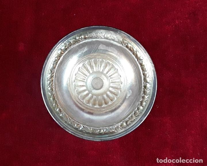 Antigüedades: CONJUNTO DE 6 COPAS DE CRISTAL TALLADO CON BASE DE METAL. CIRCA 1950. - Foto 3 - 118232947