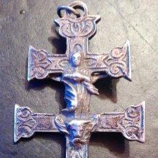 Antigüedades: PRECIOSA GRAN CRUZ DE CARAVACA EN PLATA, LABRADA MUY ANTIGUA. Lote 118268275