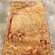Antigüedades: TAPIZ DE PARED CON IMAGEN DE CAZA ECUESTRE.SIGLO XX. Lote 118271187