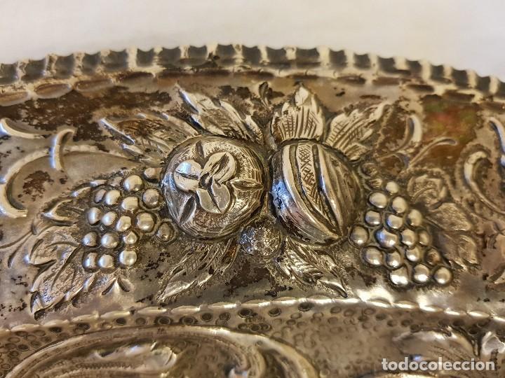 Antigüedades: Bandeja de plata repujada. Punzonado Collar. Siglo XIX - Foto 4 - 118304827