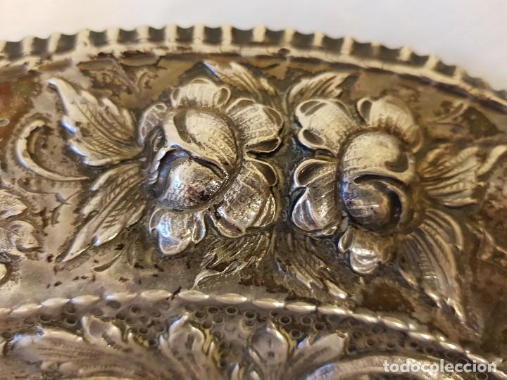 Antigüedades: Bandeja de plata repujada. Punzonado Collar. Siglo XIX - Foto 5 - 118304827