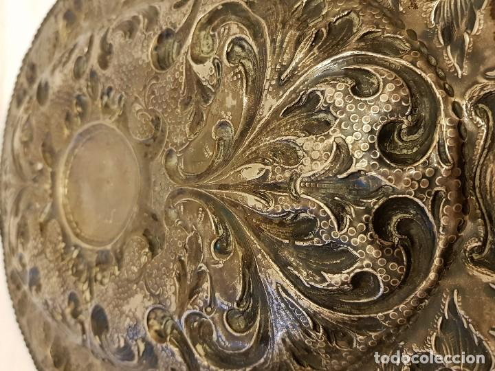 Antigüedades: Bandeja de plata repujada. Punzonado Collar. Siglo XIX - Foto 20 - 118304827