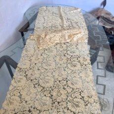 Antigüedades: MANTILLA GUIPUR ENCAJE CHANTILLY DE BLONDA FLORES MUY TUPIDA S XIX XX 55X225CMS. Lote 118371079