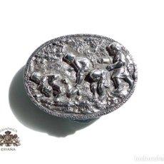 Antigüedades: CAJITA PASTILLERO DE PLATA DE LEY 51 GRAMOS CON NIÑOS JUGANDO 6 X 4,5 CM. Lote 118397431