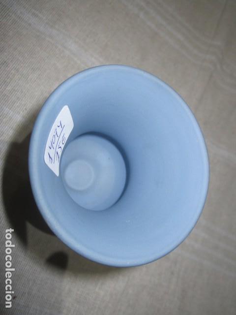 Antigüedades: Jarroncito de porcelana Wedgwood. 8,5 cms. altura x 7 cms. diámetro boca. - Foto 4 - 118430735