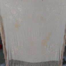 Antigüedades: MANTON DE MANILA EN COLOR MARFIL BORDADO A MANO. Lote 128420512