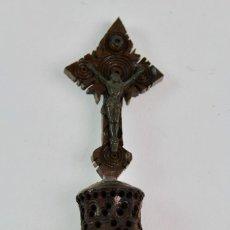 Antigüedades: CRUCIFIJO EN MADERA TALLADA CON IMAGENES DE MONTSERRAT EN LUPA INTERIOR. PRINCIPIOS S.XX.. Lote 118459547