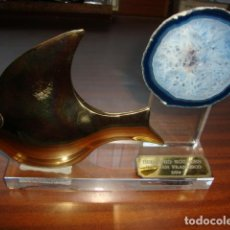Antigüedades: PRECIOSO TROFEO EN BRONCE Y MINERAL Y METACRILATO DE 1994 DIMENSIONES 21 X 15 CM. Lote 118487423