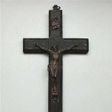 Antigüedades: ANTIGUO CRUCIFIJO DE BRONCE SOBRE CRUZ DE MADERA. Lote 118495903