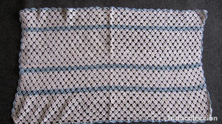 ANTIGUO TAPETE GANCHILLO. 44X28 CMS. AZULCLARO /BLANCO (Antigüedades - Moda - Encajes)