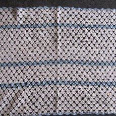 Antigüedades: ANTIGUO TAPETE GANCHILLO. 44X28 CMS. AZULCLARO /BLANCO. Lote 118527183