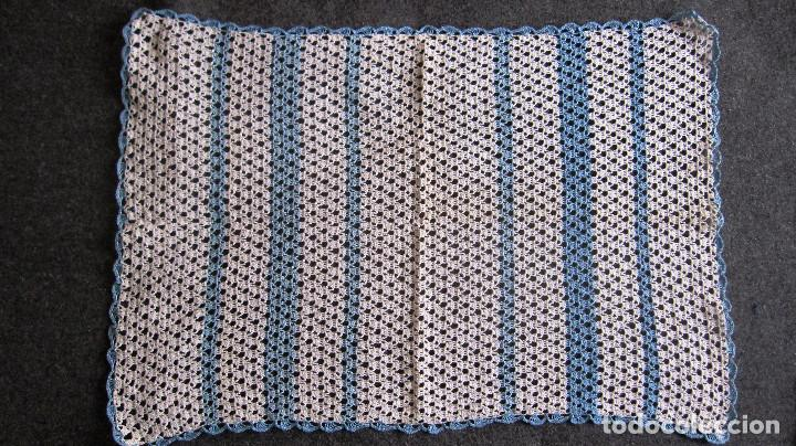 ANTIGUO TAPETE GANCHILLO. 45X31 CMS. AZUL /BLANCO (Antigüedades - Moda - Encajes)