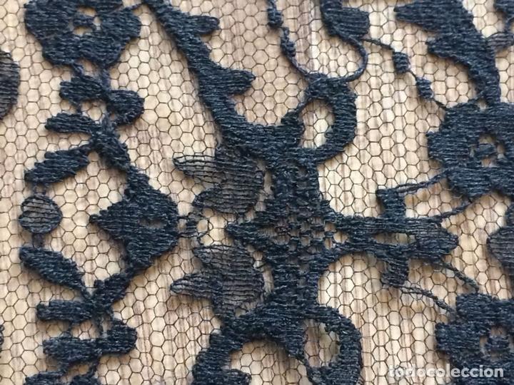 Antigüedades: GRAN MANTILLA 245X75. BORDADO MECÁNICO SOBRE TUL. DE GRAN CAÍDA. ESPAÑA. CIRCA 1950 - Foto 10 - 118540815