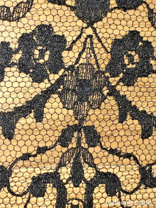 Antigüedades: GRAN MANTILLA 245X75. BORDADO MECÁNICO SOBRE TUL. DE GRAN CAÍDA. ESPAÑA. CIRCA 1950 - Foto 13 - 118540815