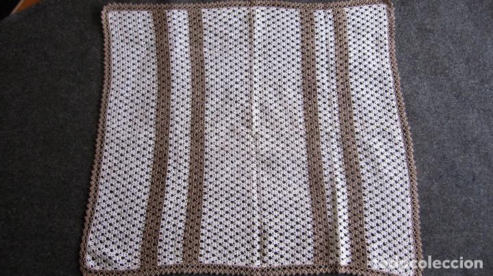 ANTIGUO TAPETE GANCHILLO. 44X39 CMS. MARRON/BLANCO (Antigüedades - Moda - Encajes)