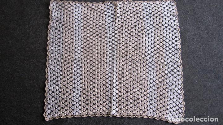 ANTIGUO TAPETE GANCHILLO. 37X33 CMS. MARRON CLARO/BLANCO (Antigüedades - Moda - Encajes)