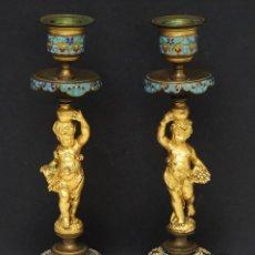 Antigüedades: ANTIGUO PAR CANDELEROS BRONCE DORADO ENAMEL FIGURA NIÑOS FRANCÉS. Lote 118584827