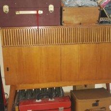 Antigüedades: ANTIGUO MUEBLE AÑOS 50 CON RADIO Y PICK UP. Lote 118651716
