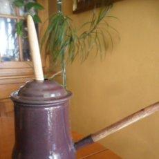 Antigüedades: CHOCOLATERA DE PORCELANA ESMALTADA CON MANGO DE MADERA - ANTIGUA. Lote 118656339
