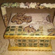 Antigüedades: COSTURERO ACOLCHADO DE HILO Y DECORADO. Lote 118657563