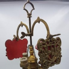 Antigüedades: PRECIOSA LÁMPARA ANTIGUA EN BRONCE CINCELADO DE TRES LUCES DE DISEÑO MEDIEVAL. . Lote 118721751