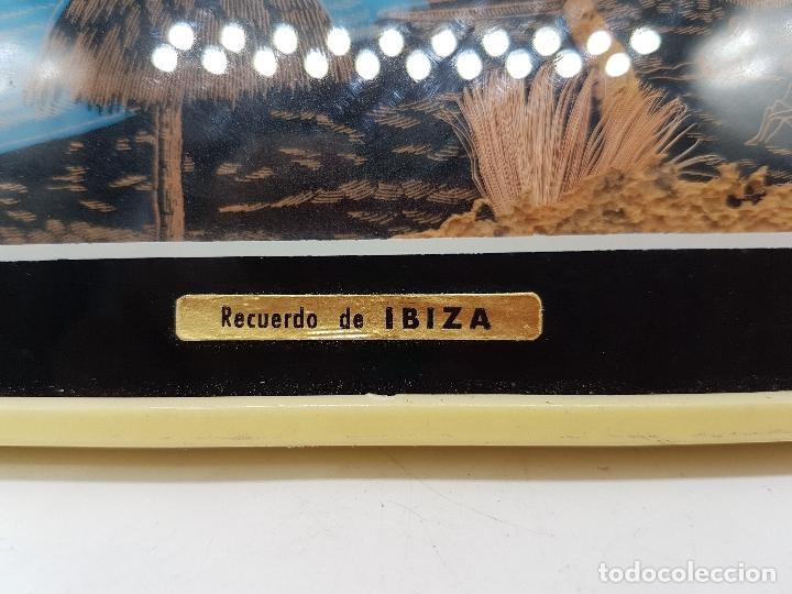 Antigüedades: Bonito cuadro antiguo ibizenco con paisajes de la isla y fondo en corcho tallado. - Foto 5 - 118728203