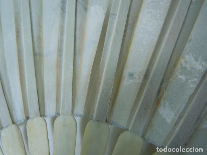 Antigüedades: ABANICO DE COMUNION PARA RESTAURAR CON VARILLAJE DE HUESO Y PAIS DE SEDA PINTADA - Foto 3 - 118772915