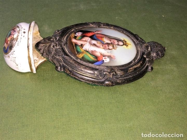 Antigüedades: BENDITERA. VIRGEN DEL CARMEN. PORCELANA ESMALTADA. METAL CHAPADO PLATA. ESPAÑA. XIX - Foto 8 - 118790703