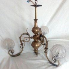 Antigüedades: ANTIGUA LAMPARA EN BRONCE DE TRES BRAZOS.. Lote 118792203