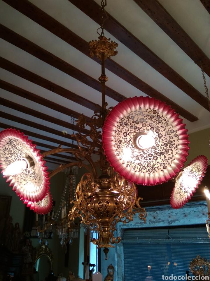 Antigüedades: Lámpara art nouveau, bronce dorado y tulipas de cristal - Foto 3 - 118792359