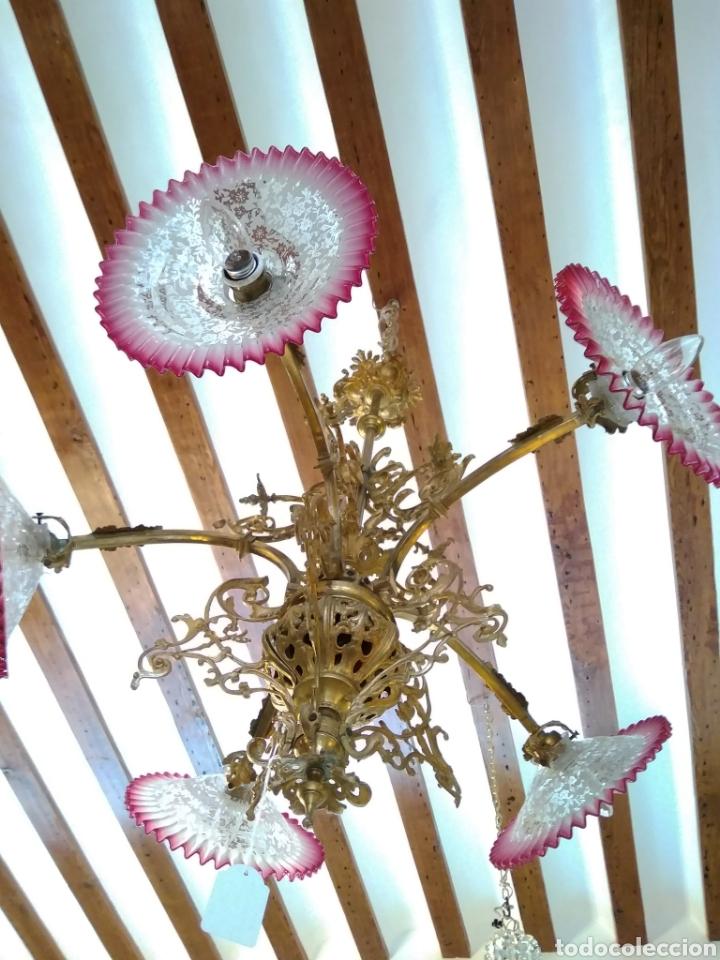 Antigüedades: Lámpara art nouveau, bronce dorado y tulipas de cristal - Foto 10 - 118792359