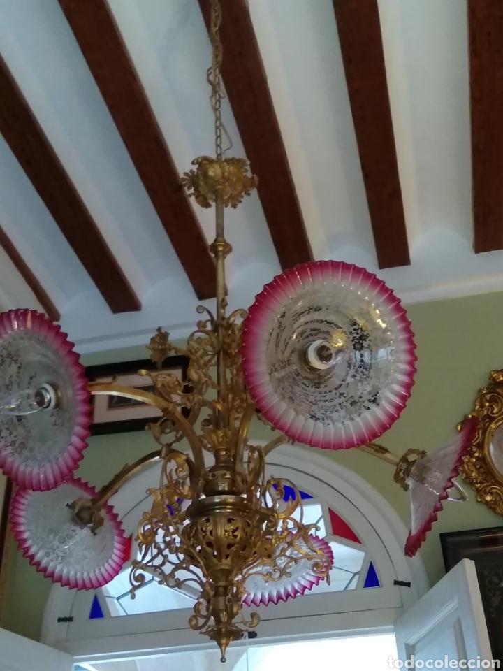 Antigüedades: Lámpara art nouveau, bronce dorado y tulipas de cristal - Foto 13 - 118792359