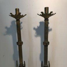 Antigüedades: PAREJA CANDELABROS DE BRONCE ANTIGUOS DE ALTAR. ESTILO NEOGOTICO.. Lote 118803447
