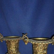 Antigüedades: (M) PAREJAS DE COPAS DE BRONCE LABRADO ANTIGUO 32 CM. ALTURA BASE 11,5X11,5 CM. . Lote 118816979