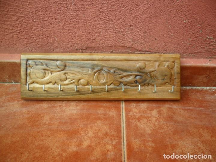PERCHA COLGADOR PARA LLAVES EN MADERA DE NOGAL LABRADA A MANO (Antigüedades - Muebles Antiguos - Auxiliares Antiguos)