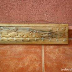 Antigüedades: PERCHA COLGADOR PARA LLAVES EN MADERA DE NOGAL LABRADA A MANO. Lote 118840763