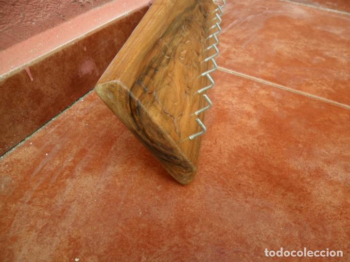 Antigüedades: PERCHA COLGADOR PARA LLAVES EN MADERA DE NOGAL LABRADA A MANO - Foto 2 - 118840763