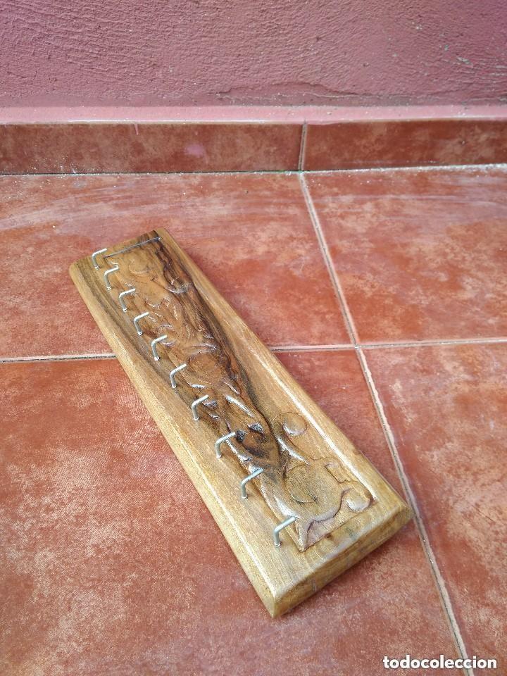 Antigüedades: PERCHA COLGADOR PARA LLAVES EN MADERA DE NOGAL LABRADA A MANO - Foto 3 - 118840763
