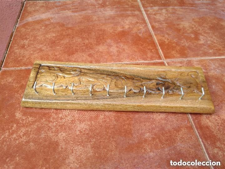 Antigüedades: PERCHA COLGADOR PARA LLAVES EN MADERA DE NOGAL LABRADA A MANO - Foto 4 - 118840763