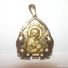 Antigüedades: ANTIGUO Y BONITO COLGANTE DE PLATA DORADA Y VISTAS DE ORO...SIGLO XIX.. Lote 118847643
