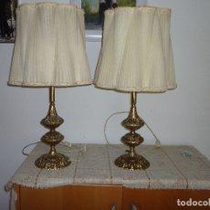 Antigüedades: PAREJA DE LAMPARAS TALLADAS EN BRONCE PARA MESILLA MUY LABRADAS AÑOS 70. Lote 128149434