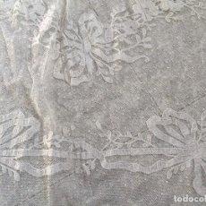 Antigüedades: COLCHA EDREDÓN GUIPUR BLANCO ENCAJE BORDADOS MOTIVOS FLORALES PPIO S XX. Lote 118885271