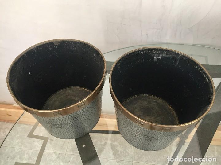 Antigüedades: pareja jardineras macetas metal gris laton jungenstil centro europa ppio s XX 18,5x20,5cms - Foto 3 - 118904967