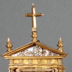 Antigüedades: RELICARIO DE BRONCE ESCURIALENSE HERRERIANO PRIMER ESTILO MADRILEÑO EN FORMA TEMPLETE SIGLO XVI. Lote 118918563
