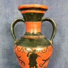 Antigüedades: JARRON BARRO DOS ASAS POLICROMADO SILUETAS GRECAS NEGRO ROJO FIRMA COLL 23X14X13CMS. Lote 118934131