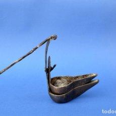 Antigüedades: QUINQUÉ DE HIERRO DOBLE DE 30 CM DE LARGO CON AGARRE Y 10 CM DE LARGO. Lote 118936719
