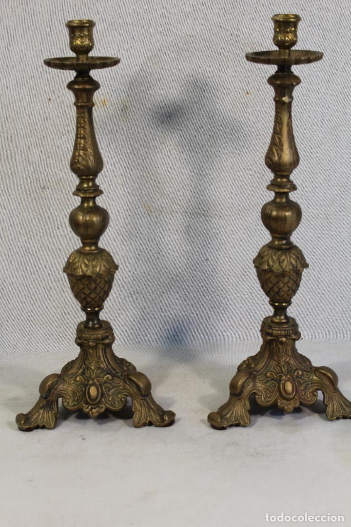 PAREJA DE CANDELABROS DE ALTAR EN BRONCE (Antigüedades - Iluminación - Candelabros Antiguos)